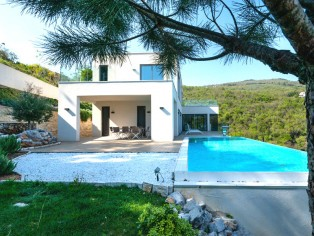 Imposing villa with infinity pool and breathtaking sea views 27
